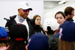 Lewis Hamilton, Mercedes AMG F1, met de grid kids