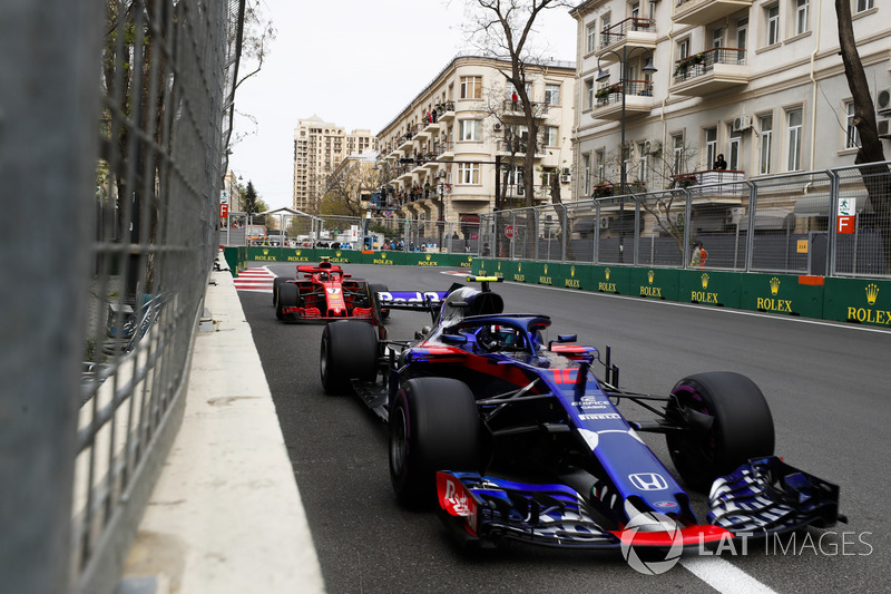 Pierre Gasly, Toro Rosso STR13 Honda, Kimi Raikkonen, Ferrari SF71H