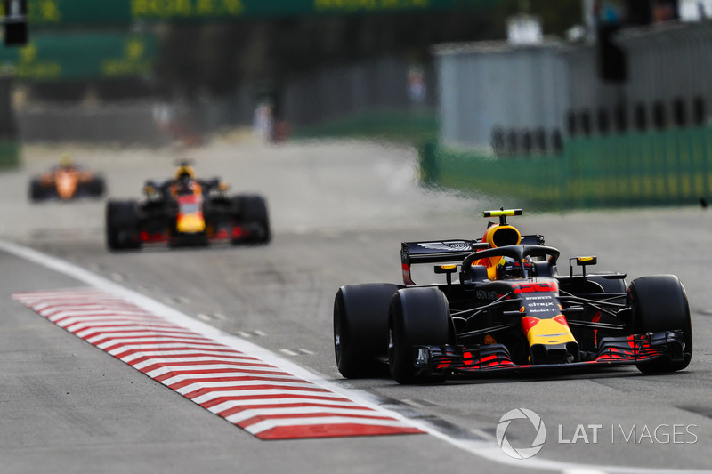 Max Verstappen, Red Bull Racing RB14 Tag Heuer, precede Daniel Ricciardo, Red Bull Racing RB14 Tag Heuer