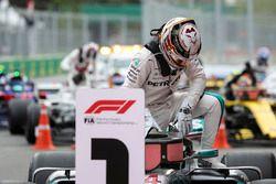 Le vainqueur Lewis Hamilton, Mercedes-AMG F1 dans le Parc Fermé