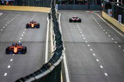 Esteban Ocon, Force India VJM11 Mercedes, Stoffel Vandoorne, McLaren MCL33 Renault, et Fernando Alonso, McLaren MCL33 Renault