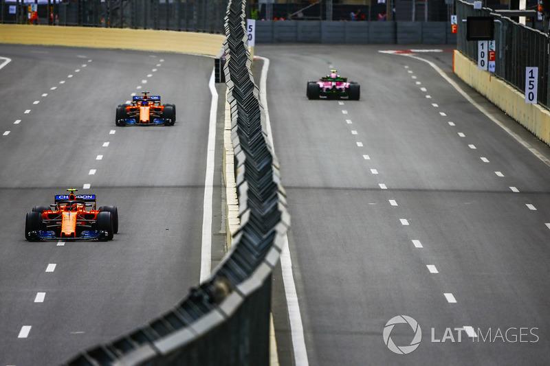 Esteban Ocon, Force India VJM11 Mercedes, Stoffel Vandoorne, McLaren MCL33 Renault, y Fernando Alonso, McLaren MCL33 Renault