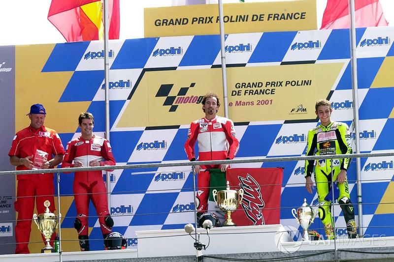 Podium : le vainqueur Max Biaggi, le deuxième Carlos Checa, le troisième Valentino Rossi