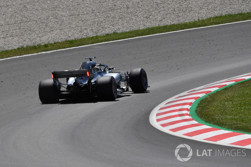Lewis Hamilton, Mercedes-AMG F1 W09, con le luci sull'ala posteriore