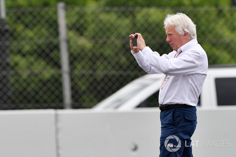 Charlie Whiting, FIA Delegate observes the scene of the Brendon Hartley, Scuderia Toro Rosso STR13 c
