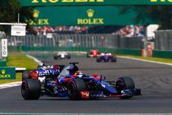 Брендон Хартли, Scuderia Toro Rosso STR12, и Ромен Грожан, Haas F1 Team VF-17