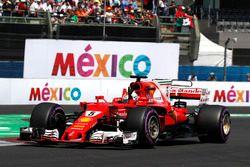 Le poleman Sebastian Vettel, Ferrari SF70H salue les fans