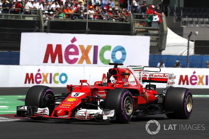 Sebastian Vettel, Ferrari SF70H celebra y saludo a los fans