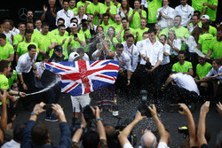 Le Champion du monde 2017 Lewis Hamilton, Mercedes AMG F1, fête son titre avec son équipe