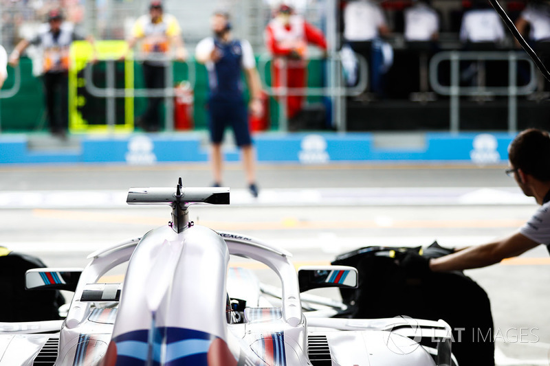 Lance Stroll, Williams FW41 Mercedes, se prépare à sortir du garage