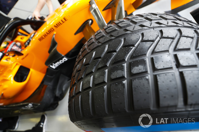 An intermediate tyre on the car of Stoffel Vandoorne, McLaren MCL33 Renault
