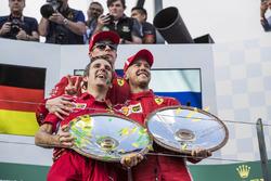 Inaki Rueda, stratega Ferrari, Sebastian Vettel, Ferrari e Kimi Raikkonen, Ferrari festeggiano sul podio con i trofei