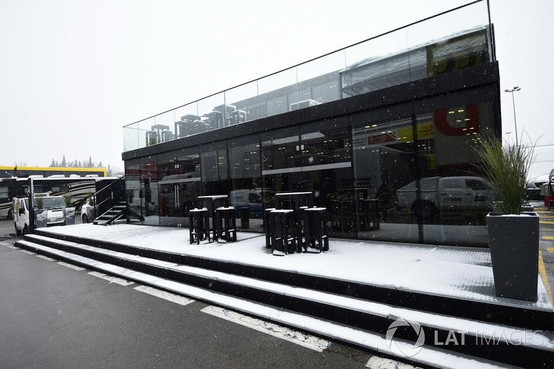 Paddock del Circuit de Barcelona cubierto de nieve