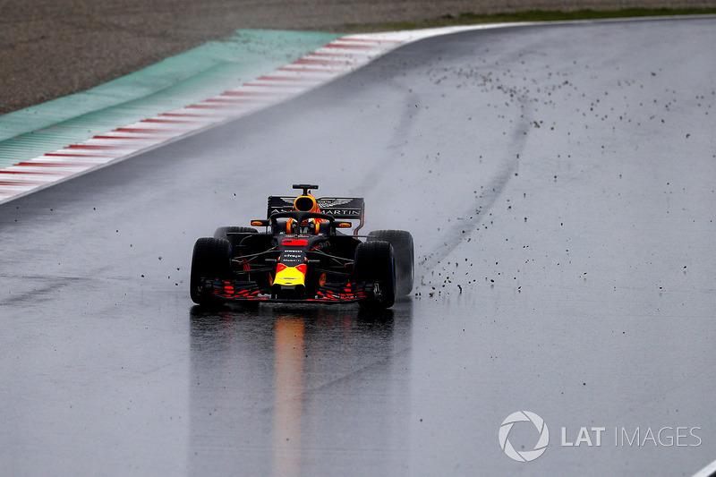Daniel Ricciardo, Red Bull Racing RB14, sparge ghiaia sulla pista dopo essere andato largo