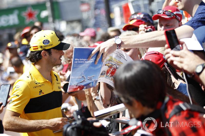 Carlos Sainz Jr., Renault Sport F1 Team signe des autographes