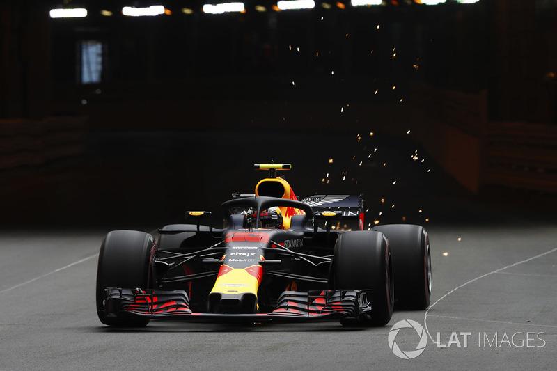 Max Verstappen'in Red Bull Racing RB14'ü tünel çıkışında kıvılcımlar çıkartıyor