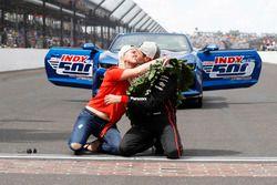 Winner Will Power, Team Penske Chevrolet kisses the bricks with wife Liz
