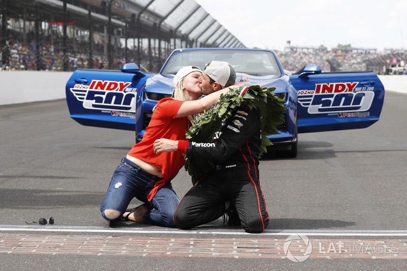 Ganador, Will Power, Team Penske Chevrolet besa los ladrillos con su esposa Liz