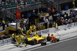 Helio Castroneves, Team Penske Chevrolet, pit stop