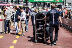 Force India F1 mechanic and Pirelli tyres