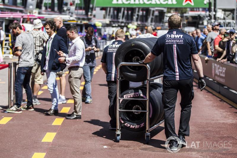 Mécanicien Force India F1 et pneus Pirelli