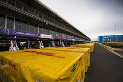 Des containers DHL dans la voie des stands