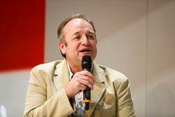 Bruce Wood, Cosworth, en discussion avec Henry-Hope Frost sur la scène Autosport