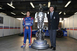 Ganador de Indy 500 Takuma Sato, Andretti Autosport con el trofeo de Borg-Warner y Scott Gallett, VP de marketing de BorgWarner Inc.