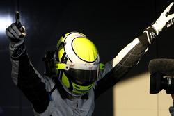 Le vainqueur Jenson Button, Brawn Grand Prix dans le parc fermé