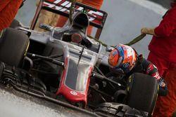 Romain Grosjean, Haas F1 Team VF-16 dans le bac à graviers