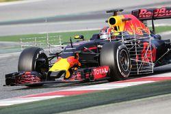 Daniil Kvyat, Red Bull Racing RB12, in pista con i sensori per i test aerodinamici