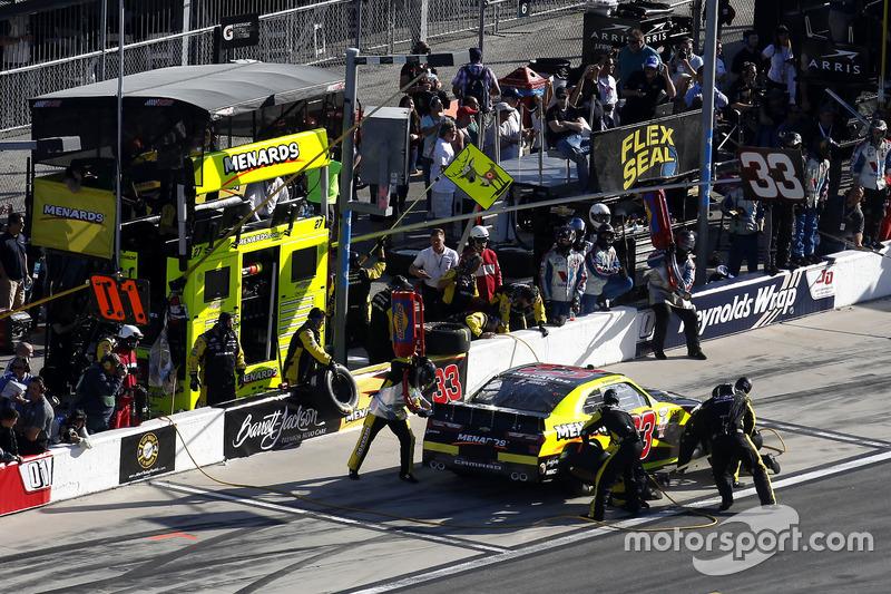 Pit stop Brandon Jones, Richard Childress Racing Chevrolet