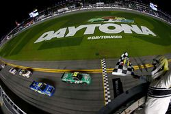 Finish: Johnny Sauter, GMS Racing Ford pakt de overwinning