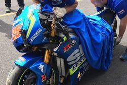 De gecrashte motor van Maverick Viñales, Team Suzuki MotoGP