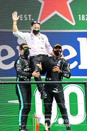 Valtteri Bottas, Mercedes-AMG F1, 2nd position, Peter Bonnington, Race Engineer, Mercedes AMG, and Lewis Hamilton, Mercedes-AMG F1, 1st position, on the podium