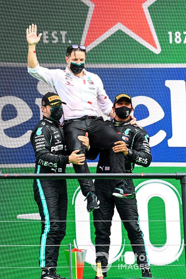 Valtteri Bottas, Mercedes-AMG F1, 2a posizione, Peter Bonnington, Ingegnere di gara, Mercedes AMG e Lewis Hamilton, Mercedes-AMG F1, 1a posizione, sul podio
