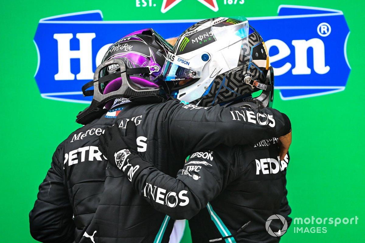 El segundo lugar Valtteri Bottas, Mercedes-AMG F1,felicita a Lewis Hamilton, Mercedes-AMG F1 por su victoria 92 en F1