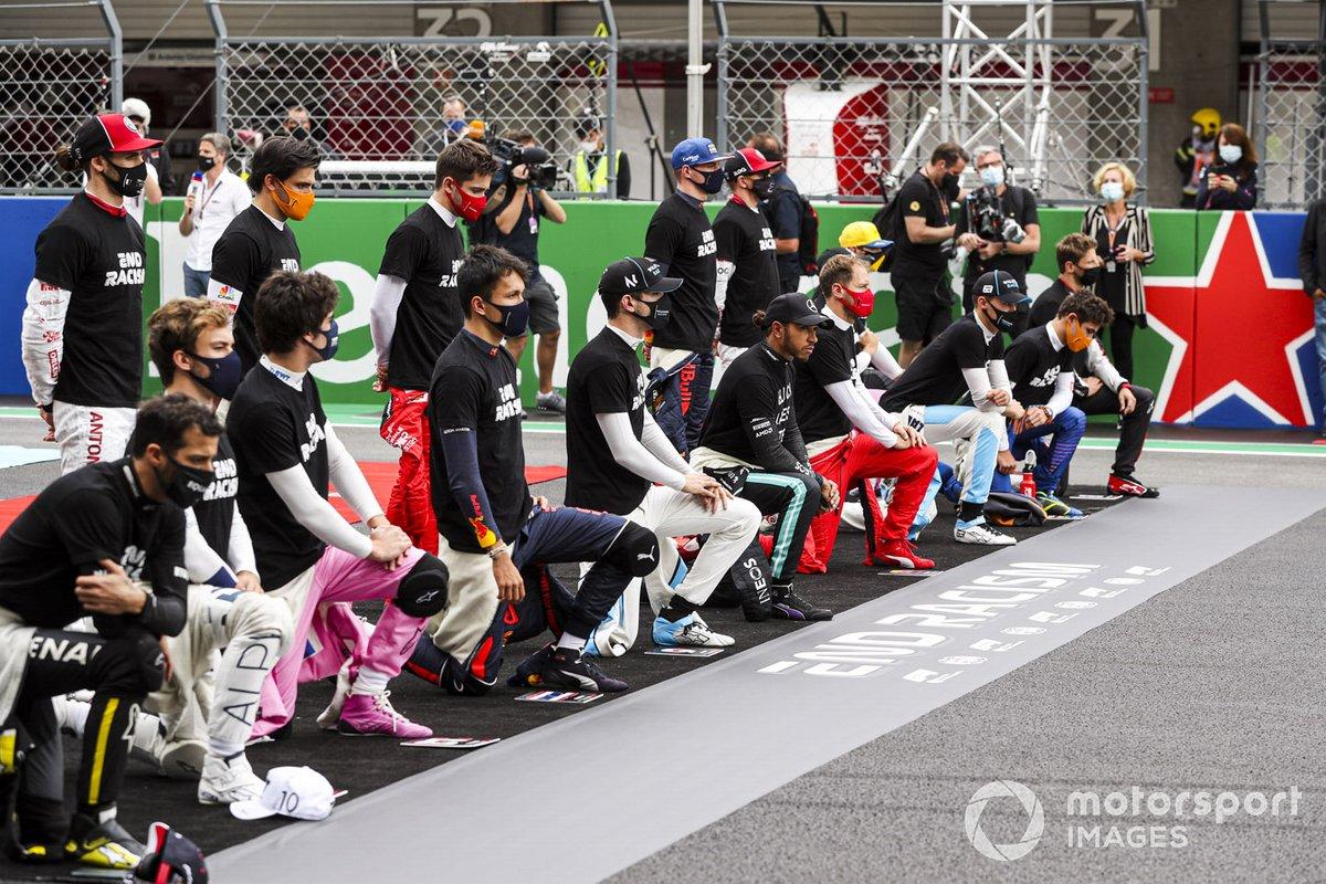 Pilotos y Lewis Hamilton, Mercedes-AMG F1 se arrodillan
