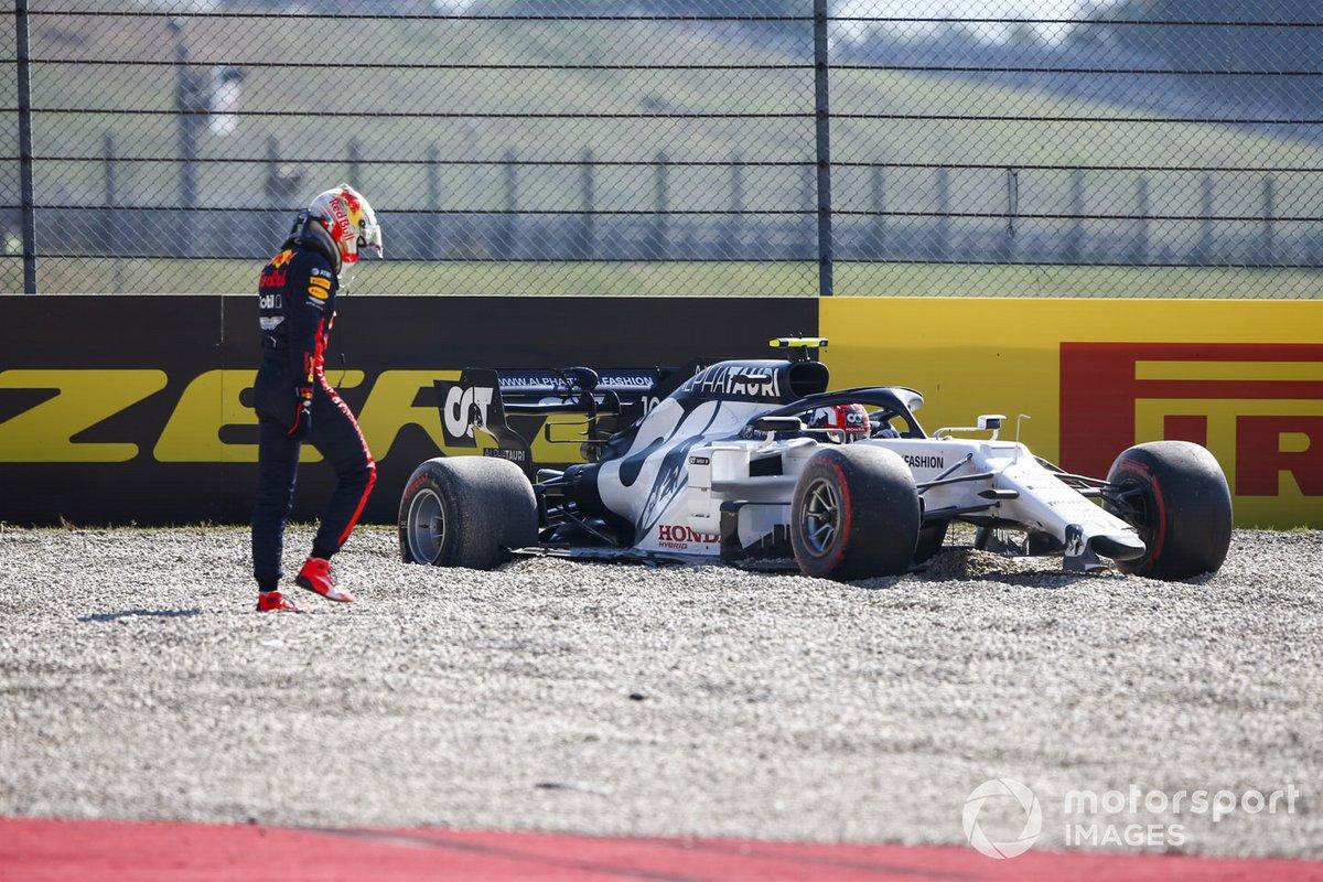 Max Verstappen, Red Bull Racing, y Pierre Gasly, AlphaTauri AT01, en la grava después de un incidente en la primera vuelta