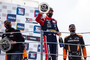 Il podio: Pepe Oriola, Brutal Fish Racing Team, Honda Civic Type R TCR vince la gara, 2°posto, Julien Briché, JSB Compétition, Peugeot 308 TCR, 3°posto, Mat'o Homola, BRC Racing Team, Hyundai i30 N TCR