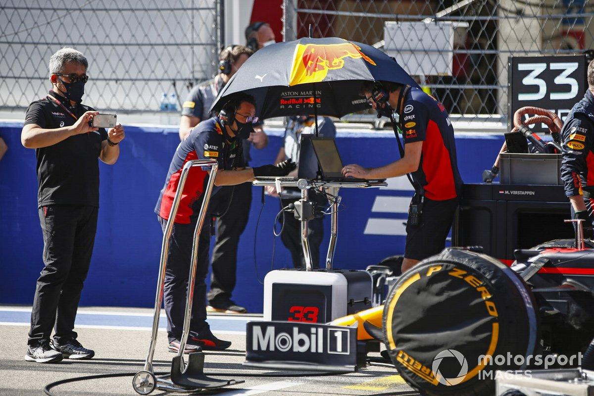 Masashi Yamamoto, Director General de Honda Motorsport, en la parrilla con los ingenieros de Red Bull