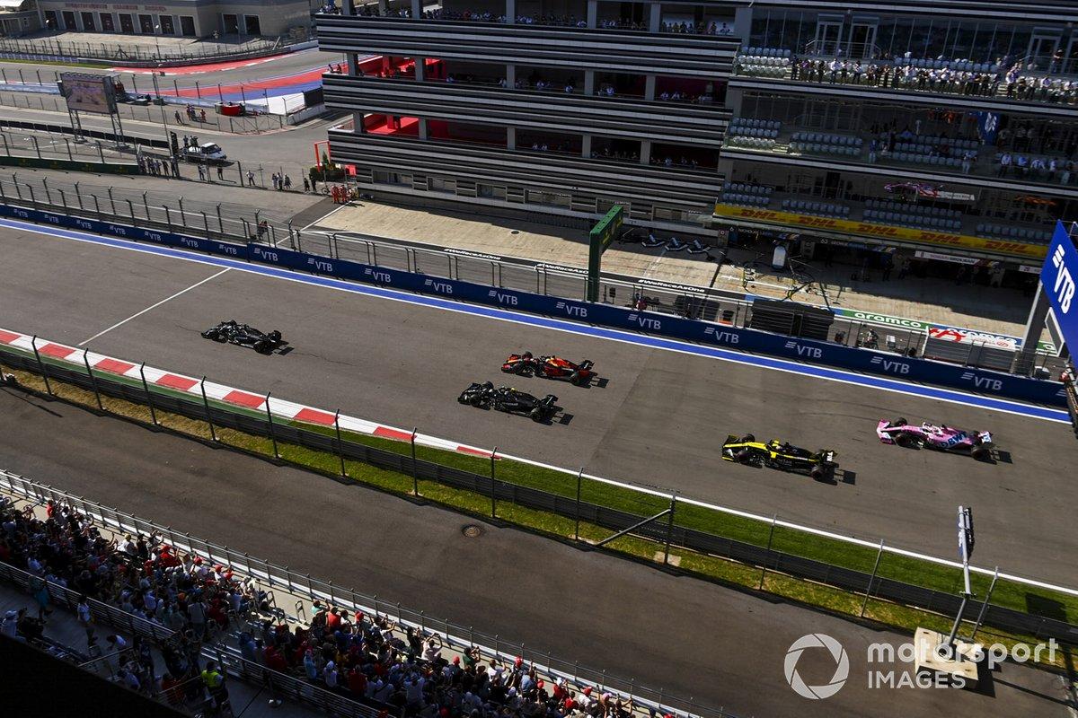 Lewis Hamilton, Mercedes F1 W11, Max Verstappen, Red Bull Racing RB16, Valtteri Bottas, Mercedes F1 W11, Sergio Pérez, Racing Point RP20, al inicio