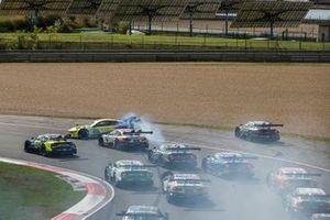 Timo Glock, BMW Team RMG, BMW M4 DTM gira dopo il contatto con Ferdinand Habsburg, Audi Sport Team WRT, Audi RS 5 DTM