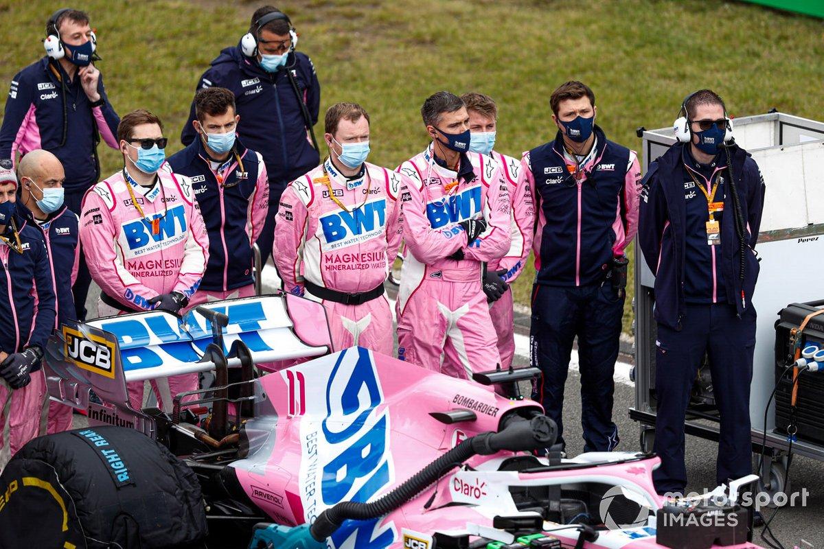 Los mecánicos de Racing Point están detrás del auto de Sergio Pérez, Racing Point RP20, para el himno nacional