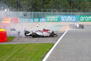 Antonio Giovinazzi, Alfa Romeo Racing C39 choca con la barrera y su neumático suelto golpea el monoplaza de George Russell, Williams FW43