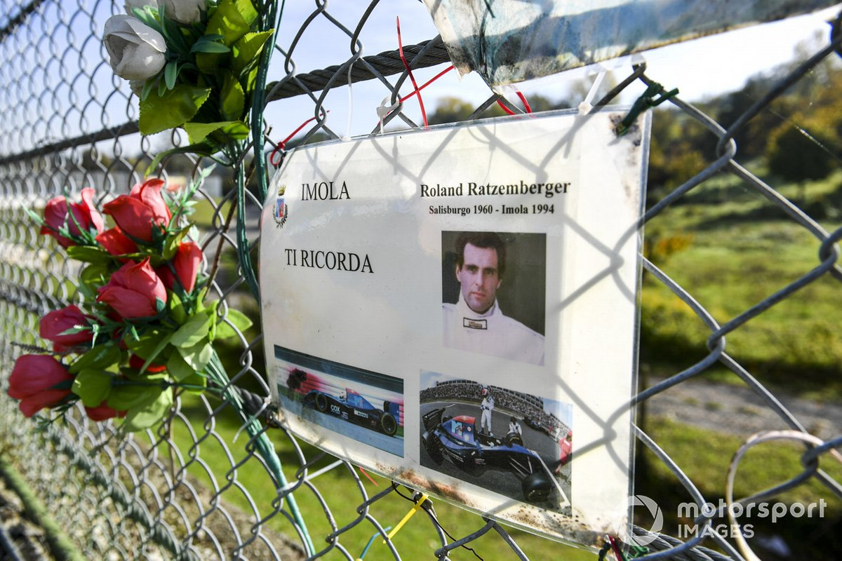Homenaje a Roland Ratzenberger en Imola, donde falleció