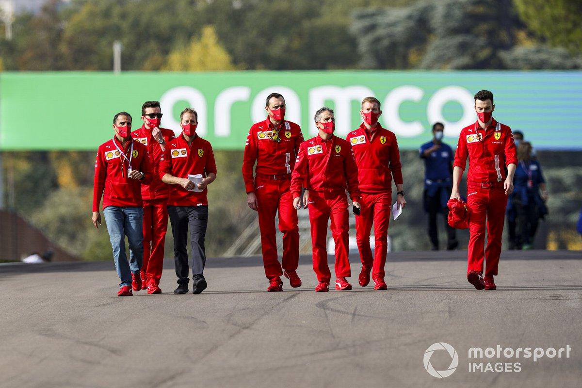 Sebastian Vettel, Ferrari, camina por la pista con su equipo