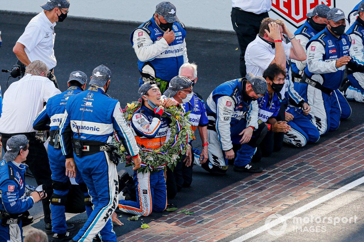 Takuma Sato, Rahal Letterman Lanigan Racing Honda y el equipo celebran la victoria de las 500 de Indianápolis besando la línea de ladrillos