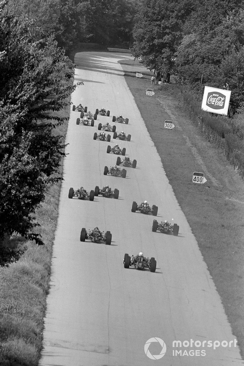 Вот как выглядел путь к первому повороту трассы в Монце в 1967-м. Никакой «эски» не было вовсе, как и «Роджи» с «Аскари». Гонщики сразу попадали в царство слипстрима и максимальной скорости