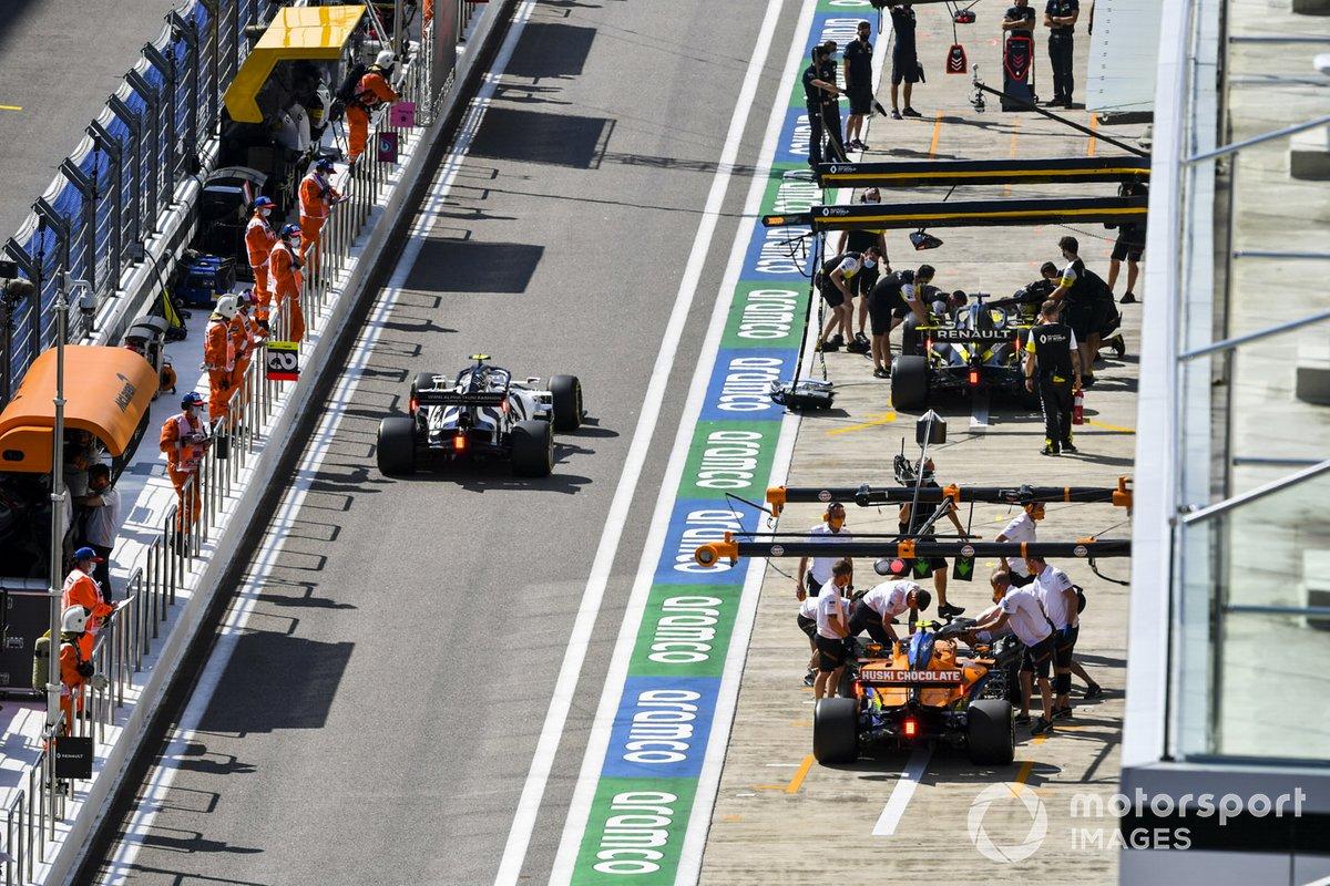 Pierre Gasly, AlphaTauri AT01, Lando Norris, McLaren MCL35, y Daniel Ricciardo, Renault F1 Team R.S.20